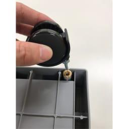 コンテナストレージボックス 専用天板&キャスターセット 別売りのコンテナストレージボックスの底面にある穴に付属のナットを付けて差し込み、付属のレンチでしめるだけで取り付け完了。