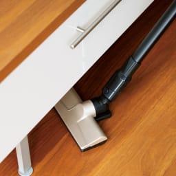 シロカ 超軽量2WAYスティッククリーナー スムーズに動く滑らかなヘッド。だから、気になる家具の下などもささっとお掃除できます。