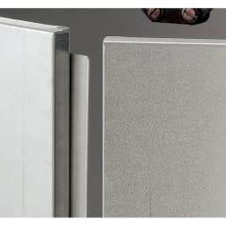 逆ルーバー室外機カバー 収納庫付き 高さ162cm 扉の中央部は正面からの浸入を防ぐ構造です。