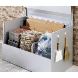大きく開くガルバ製ゴミ保管庫 幅69奥行55cm 多種類に分別が必要な資源ゴミも、フタが大きく開くので仕分けが容易です。(※写真は幅100cmタイプです)