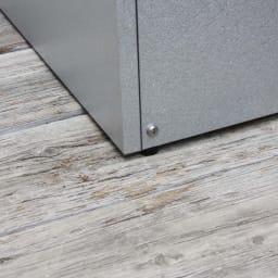 大きく開くガルバ製ゴミ保管庫 幅69奥行55cm 設置場所に傾斜がある場合も、ストッカーを水平に設置できます。