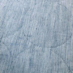 パシーマ(R)EX(先染めタイプ) 夏の限定色デニムブルー キルトケット シングル 先染め糸を使用し、経糸と横糸に白い糸を混ぜることでニュアンスのある生地に仕上がりました。片面はミックス調の無地、もう片面はピンストライプの柄のリバーシブル仕様です。