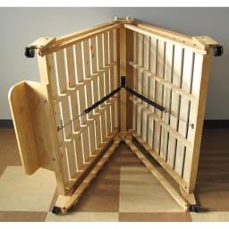 折りたたみ式ひのきすのこベッド ワイドシングルハイ 裏のスプリングの力でスムーズに折りたためます。 写真のヘッドボードは別シリーズのもので現在は販売しておりません。本体(スプリング部分)は同じ仕様です。