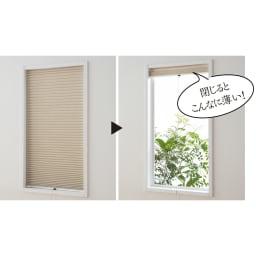 遮光・遮熱ハニカム構造の小窓用シェード(つっぱりポール付き)【生地幅26cm】 ソフトな素材なので、薄くすっきり折りたためます。