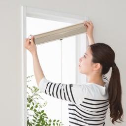 遮光・遮熱ハニカム構造の小窓用シェード(つっぱりポール付き)【生地幅26cm】 付属のつっぱりポールで簡単セッティング。クギやネジを使わないので窓枠を痛めません