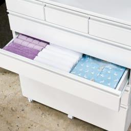 取っ手まで真っ白で美しい キャスター付きホワイトチェスト 幅75奥行30cm (3・4段目)タオルやパジャマなどかさばるものも収納。