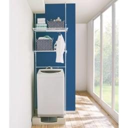 天井の梁や床の段差があっても設置できる ハンガーバー付き ノルディックランドリーラック 棚3段 洗濯機から出した洗濯物をここでハンガーに掛けてから、まとめて干し場に持って行くことができて家事の時短に。 ※写真は棚2段タイプです。