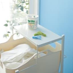 洗濯物の仕分けに便利 大きなバスケットのランドリーワゴン 2段 天板は洗濯機まわりの小物を置くのに便利です。