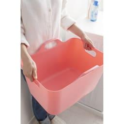 洗濯物の仕分けに便利 大きなバスケットのランドリーワゴン 3段 取っ手がついているので持ち運びにも便利です。 (※色は見本です)