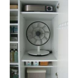 組立不要 たっぷりハウスキーピング収納庫 幅75・奥行45cm 従来の棚だと扇風機を入れると他のスペースは使いづらくなります。