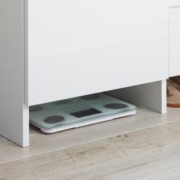 組立不要 棚と引き出したっぷりで仕分け収納できるサニタリー収納庫 ロータイプ 幅99cm 脚元のスペースは体重計やルームシューズをしまうのにぴったりです。お掃除もしやすく湿気も気になりません。