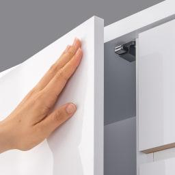 組立不要 棚と引き出したっぷりで仕分け収納できるサニタリー収納庫 ロータイプ 幅99cm 扉はワンタッチで手前に開くプッシュ式。物をもちながらでも手軽に開け閉めができます。