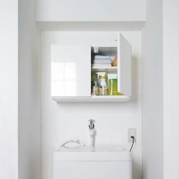 光沢仕上げ洗濯機上吊り戸棚 縦型 幅59.5cm 洗濯機上をすっきりした収納空間に。洗濯機ラックが置けない方も壁面を有効活用できる吊戸棚なら設置できます。 写真は幅59.5cm・横型タイプです。実際は棚が2枚付きます。