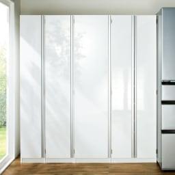 食器に合わせて選べる食器棚 幅45cm奥行42cm高さ180cm 扉前面は光沢仕上げ。