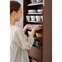 出し入れラクラク 引き戸の食器棚 幅60cm・奥行39cm お皿を重ねなくて済むので出し入れがスムーズになります。