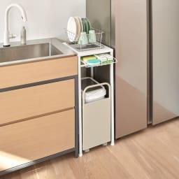 分別ダストワゴン付きキッチンラック 2分別ロータイプ 幅57cm 使用イメージ すき間収納として、キッチンのシンクと冷蔵庫の間に。 ※写真は1分別ロータイプです。