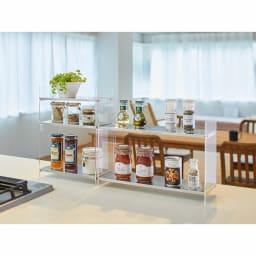 美しく飾れるアクリルスパイスラック 2段 幅45cm 高さ30cm コーディネート例 モダンなキッチンにも映えるスタイリッシュなラック。たくさんのスパイスも美しく収納できます。 ※お届けは写真右の2段タイプ。