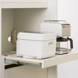 幅1cmオーダーオールインワン引き戸シリーズ 家電収納タイプ 板扉 幅100~110cm 炊飯器はスライドトレーに載せて使いやすく収納。