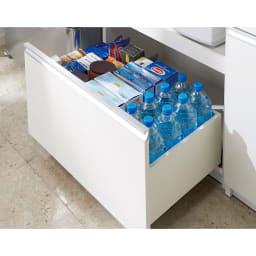 たっぷり大型引き戸収納 引き戸収納庫・幅88cm 高さのあるボトルも収まる深い下段引き出し。