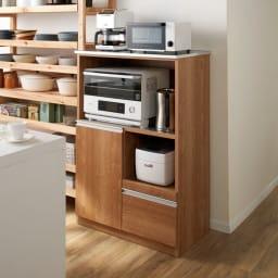 ステンレス天板 コンパクトカウンター 幅60奥行48.5cm コーディネート例(ア)ブラウン 狭いキッチンでもキッチン家電、キッチン用品をまとめてコンパクトに収納できます。 ※写真は幅80奥行48.5cmタイプです。(上段オープン部の可動棚板を外した状態で撮影しています。)