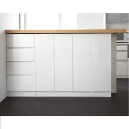配線すっきりカウンター下収納庫 3枚扉 《幅90cm・奥行30cm・高さ77~103cm/高さ1cm単位オーダー》 (ア)ホワイト  扉を閉めればすっきりとした印象の収納庫に。どんなインテリアにもマッチするシンプルに徹したデザインも魅力。