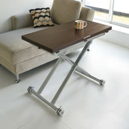 伸長式ガス圧昇降テーブル 幅120(天板110)cm 使用イメージ(ウ)ダークブラウン ※写真は幅100cmタイプです。