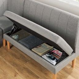 高さが変えられるリビングダイニングソファ 3点セット(コーナーソファ+1.5人掛け+2人掛け) 座面下を開けると収納スペースが。雑誌やブランケットなどの収納に便利。(深さ8cm)