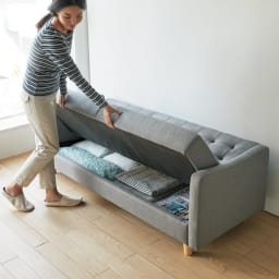 デザインにこだわったソファベッド 幅176cm奥行70cm ベッドへの変換も簡単!前側からの操作だけでベッドにも、ソファにも。背面に6cmほどのゆとりがあれば、ソファを動かさずに操作できます。