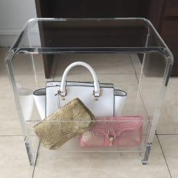美しく飾ってしまえる クリア アクリルスツール (ドレッサースツール) お気に入りの鞄を飾りながらおしゃれに収納できます。