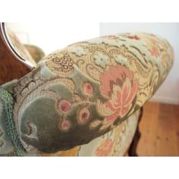 イタリア製 花柄が艶やかな金華山織張 クラシックDXソファ シングル(1人掛け) 肘掛のボリュームは腕に心地よい安定感をもたらします。