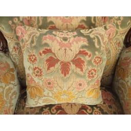 イタリア製 花柄が艶やかな金華山織張 クラシックDXソファ シングル(1人掛け) セットのクッションには、大柄の花束を。まるで花束に包まれているよう。