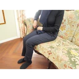 イタリア製 花柄が艶やかな 金華山織張 DXソファ トリプル(3人掛け) 座部高さは46cm。一見高いように見えますが、沈み込みがあるため、女性の方でも座面が高すぎることもなく、ゆったりとくつろぐことができます。(モデル身長154cm)(※写真は2人掛けタイプ)