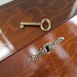 イタリア製象がん収納家具 ライティングデスク(パソコンデスク) どこか、おとぎ話を思わせるアンティーク風のカギ付き。