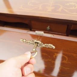 イタリア製象がん収納家具 ライティングデスク(パソコンデスク) 鍵を刺して、回し、ロックを外します。