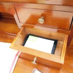 イタリア製象がん収納家具 ライティングデスク(パソコンデスク) 上の小さな引出には名刺や、携帯の充電器コードなどこまごました物を収納できます。