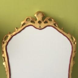 イタリア製 壁掛け式 ゴールドミラー 添付の紐を本体金具に通して、壁に設置します。