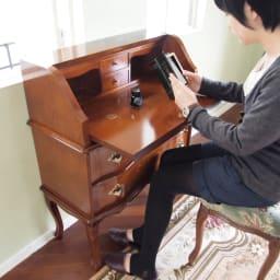 イタリア製金華山織シリーズ スツール パソコンデスクにも合うチェアとしても。モデル伸長158cm。