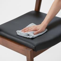 ナチュラルヴィンテージ調シリーズ ダイニングチェア 2脚組 座面は合成皮革で汚れもサッとひと拭き。