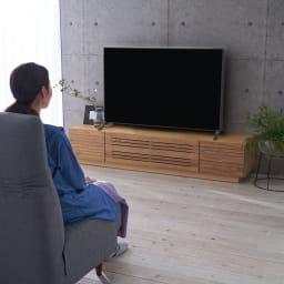 天然木無垢材のテレビ台シリーズ ウォルナット天然木 テレビ台・幅180cm ソファから座ってテレビを見るのにちょうど良い高さです。(※写真は幅180テレビ台です)