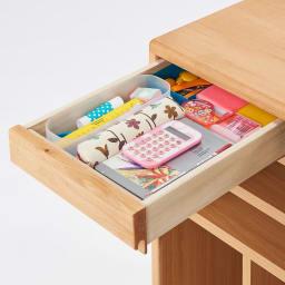 ダイニングテーブルに横付けできる学習棚 引き出しには細々としたものを収納。