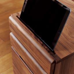 ウォルナットコンパクトデスク プリンターカート 前方に溝があるので、タブレットが立てられます。