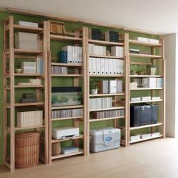 国産杉頑丈突っ張りラック(本棚) 幅74奥行27.5cm 棚板のアレンジで、リビング収納にも活躍。 棚板の枚数と間隔を調節して、スーツケースなど大型のものも収納できます。(最下段の棚板を外した場合は、必ず付属の桟をご使用ください)