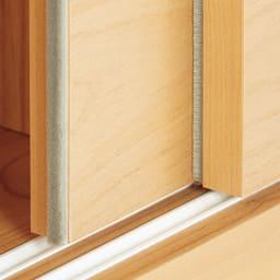 組立不要 アルダー引き戸頑丈本棚 幅120.5cm 上置き 扉の縁につけたブラシですき間をシャットアウト。