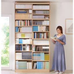 棚板の位置が選べる本棚(幅118cm本体高さ180cm) (イ)ナチュラル ※写真は上置き(別売り)を使用しています。 天井高さ240cm モデル身長160cm