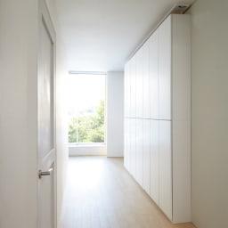 【幅100cm】 突っ張り壁面収納本棚 (奥行24cm本体高さ230cm) 奥行24cmの薄型タイプなら圧迫感が少なく、廊下にも設置できます。 ≪組合せ例≫ ※写真は(奥から)幅60cmタイプ、幅80cmタイプ、幅100cmタイプです。