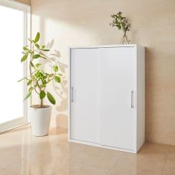 掃除機もしまえる引き戸本棚 ミドルタイプ(幅74高さ125cm) 使用イメージ:(ア)ホワイト ミドルタイプは女性も使いやすいサイズ感。 ※写真は幅90cmタイプです。