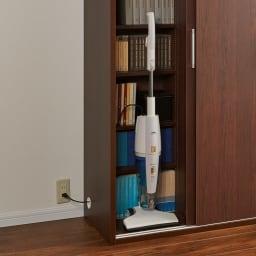 掃除機もしまえる引き戸本棚 ハイタイプ(幅74高さ180cm) 使用例:掃除機をしまったまま充電中!
