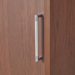 掃除機もしまえる引き戸本棚 ミドルタイプ(幅90高さ125cm) 取っ手はスッキリとしたデザイン。