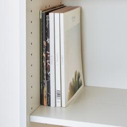 隠しキャスター付き前後段違い光沢本棚 引き戸タイプ 幅88cm 棚板を一列に揃えれば、雑誌や大判の本も収納可能。棚板奥行30cm