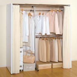 カーテン&木製サイドパネル付き 奥行68cm伸縮頑丈ハンガー 棚なしタイプ・幅117~200cm 部屋に設置した時に圧迫感の少ないホワイト色の使用例。 (イ)ホワイト